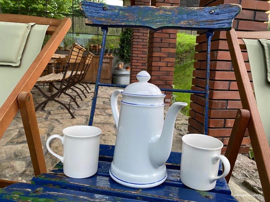 dwie porcelanowe filiżanki i dzbanek z herbatą