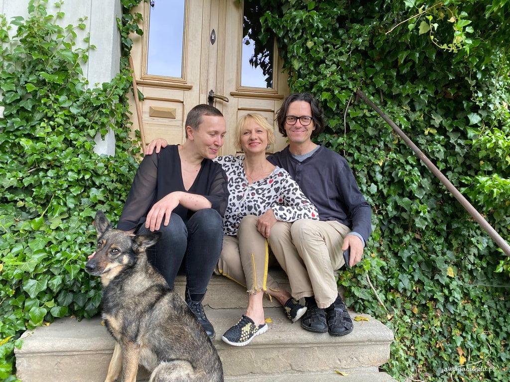 gospodarze Pokrzywnika na schodach przed swoim domem z wagabundą i psem