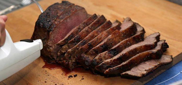 Nóż elektryczny i pokrojone nim upieczone mięso