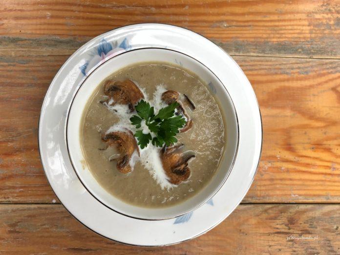 zupa krem z pieczarek w miseczce