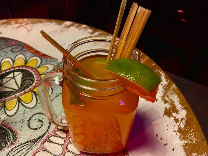 drink bezalkoholowy z szklance