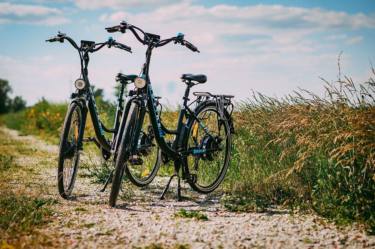 dwa rowery elektryczne w terenie