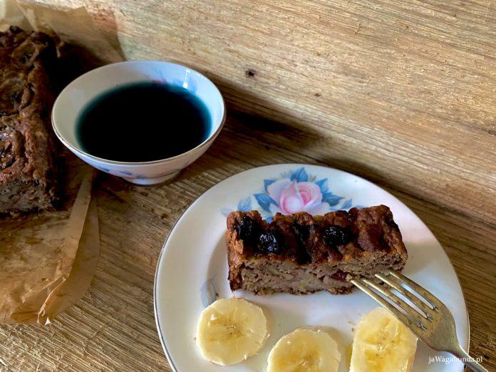 chleb bananowy, banan i herbatka