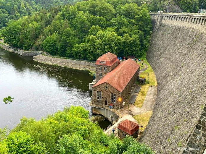budynek, rzeka i mur zapory Pilchowice