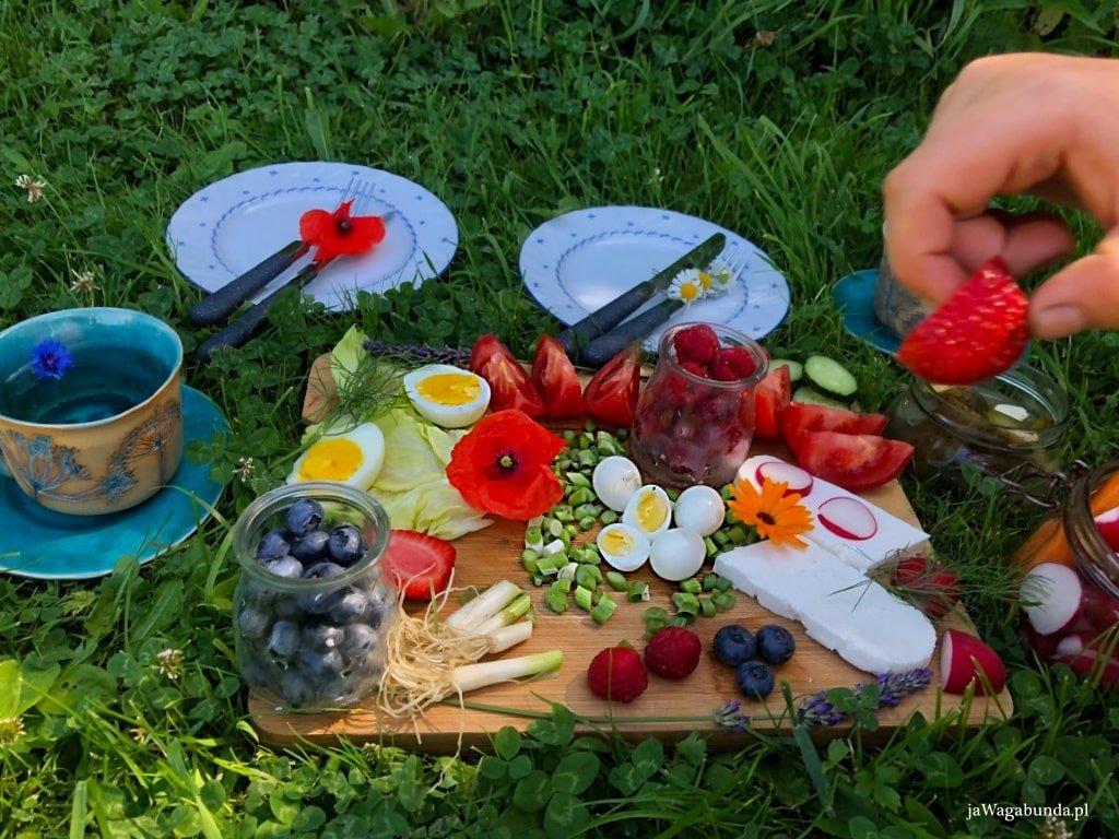 śniadanie na trawie na desce warzywa i owoce filiżanka z kawą