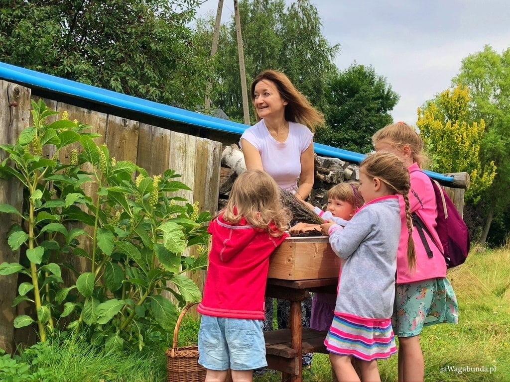 kobieta z dziećmi na warsztatach lawendya