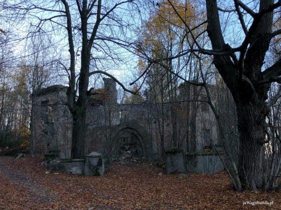 ruiny dawnego ośrodka