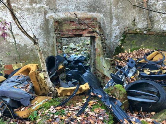 wysypisko śmieci na terenie dawnego ośrodka wypoczynkowego w Górach Izerskich