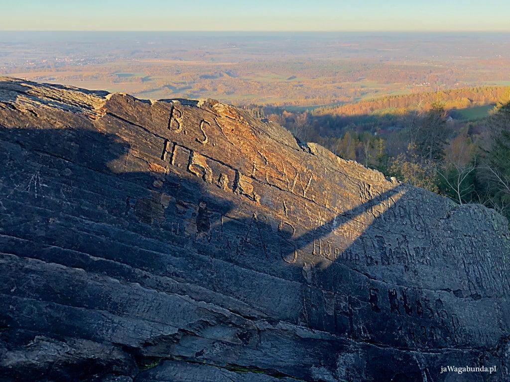 skała zwana skałą kochanków z napisami wyrytymi na kamieniach