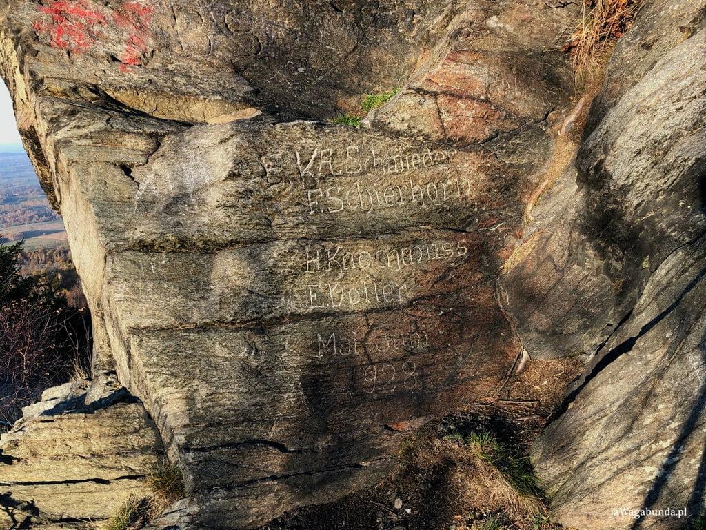 napisy na skałach