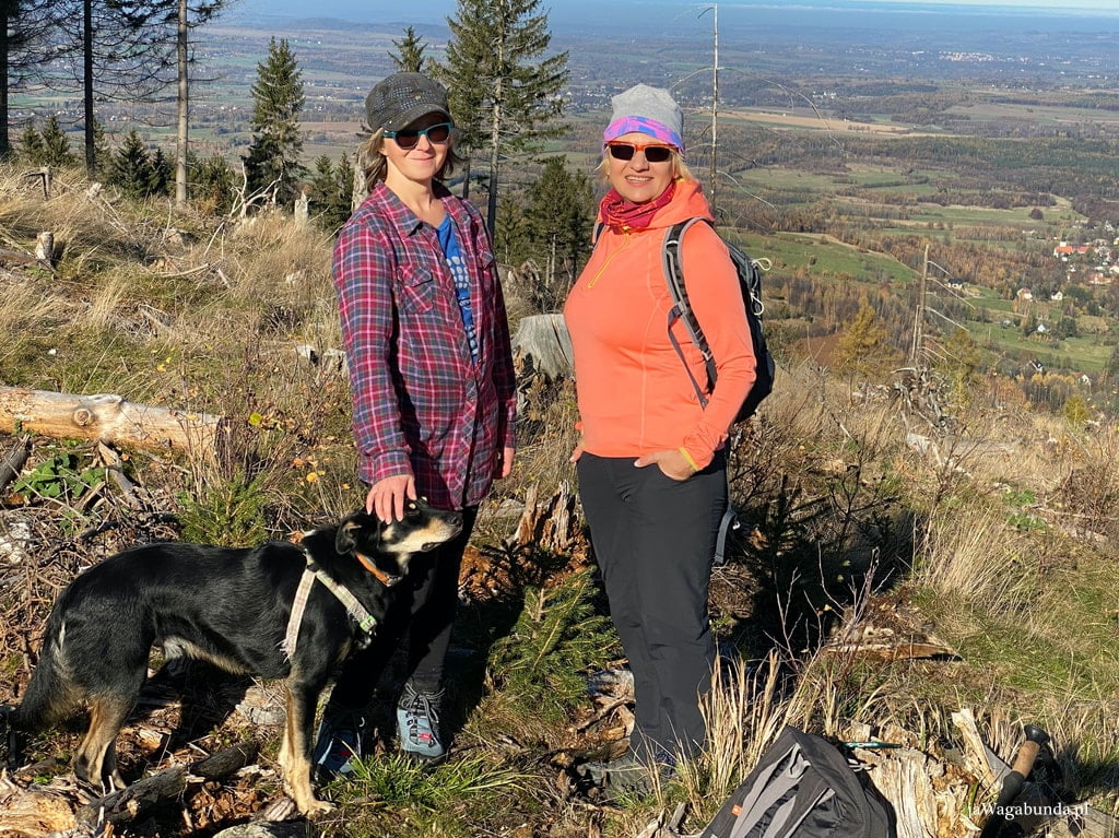 dwie kobiety i pies w górach