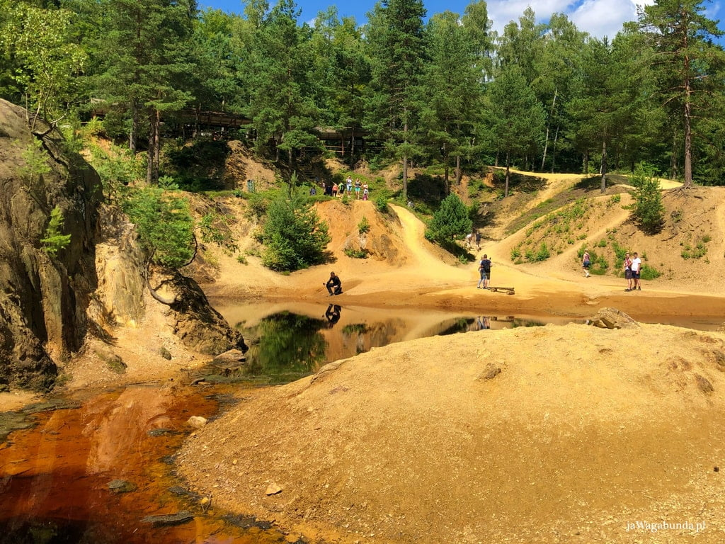 jezioro o kolorze purpury w otoczeniu piaszczystych skał