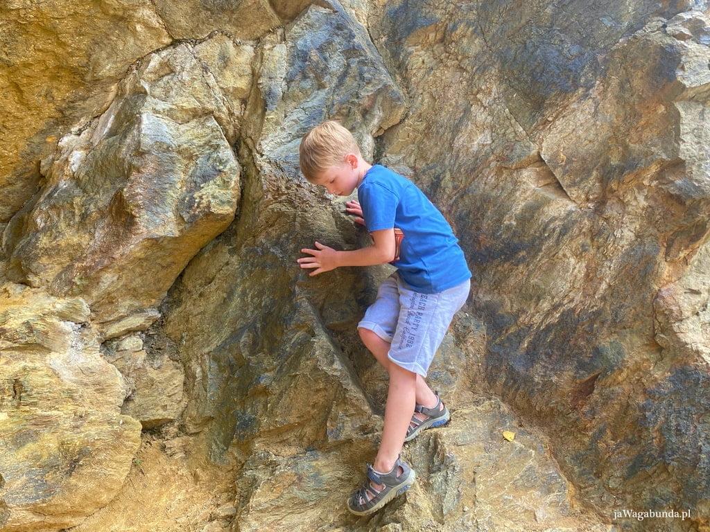 dziecko wspinające się na skały