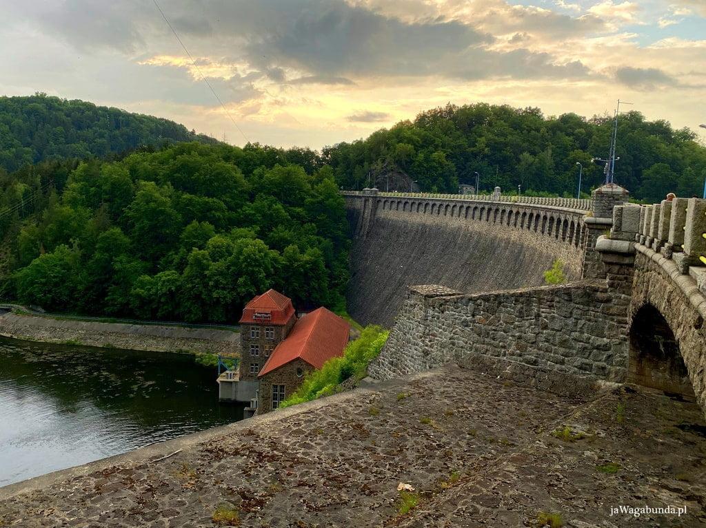zapora Pilchowice i zachód słońca, w dole płynie rzeka Bóbr