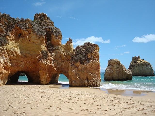 plaża , morze i skały na plaży