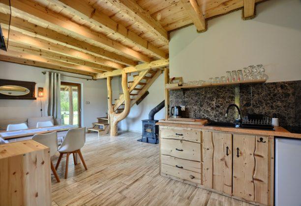 drewniane meble i wnętrze pokoju do wypoczynku