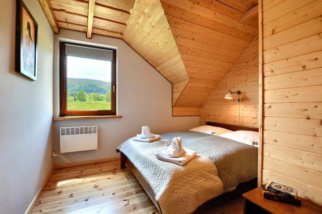 pokój, łózko, widok przez okno na góry