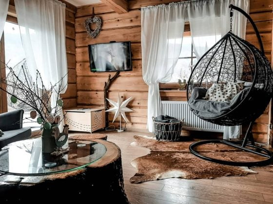 drewniane wnętrze, bujak, skóry na podłodze