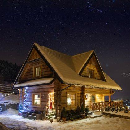 zasypany zimą drewniany domek