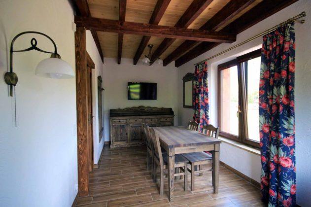 drewniane meble, belki drewniane na suficie, drewniana podłoga