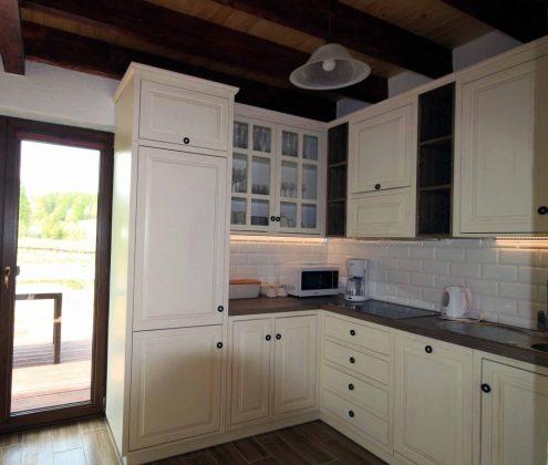 białe meble kuchenne i drzwi na zewnątrz