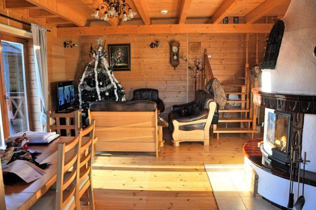 drewniane wnętrze salonu z drewnianymi meblami