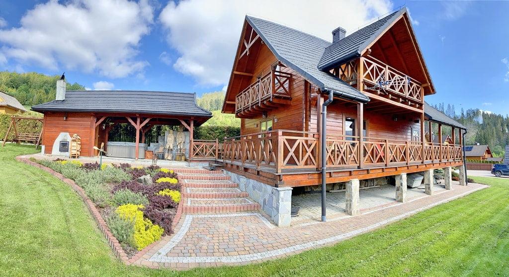 góralska drewniana chata. drewniane tarasy i schody prowadzące do domu