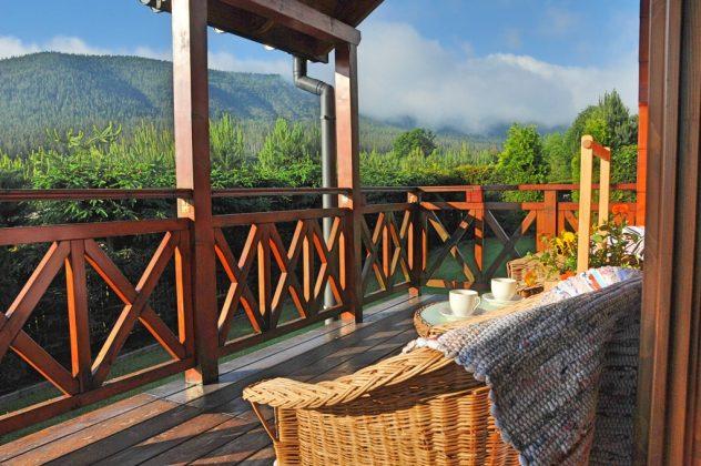 filiżanki z kawą na stoliku i widok na góry