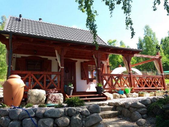 drewniany domek widoczny z przodu i schody wejściowe