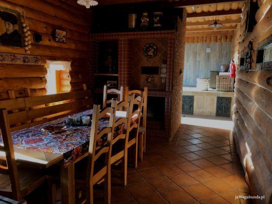 stół i krzesła w drewnianym budynku