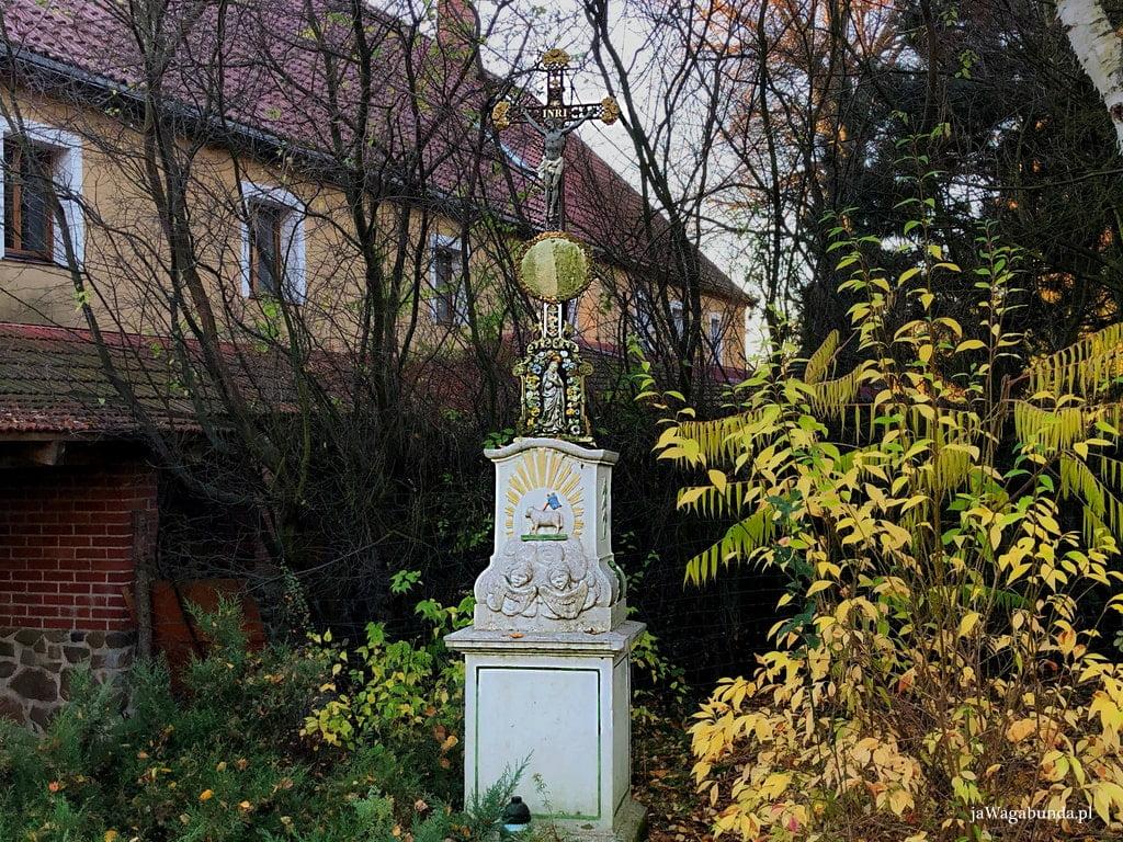kapliczka na tle domu