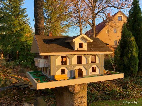 replika małego budynku stojąca w ogrodzie na postumencie