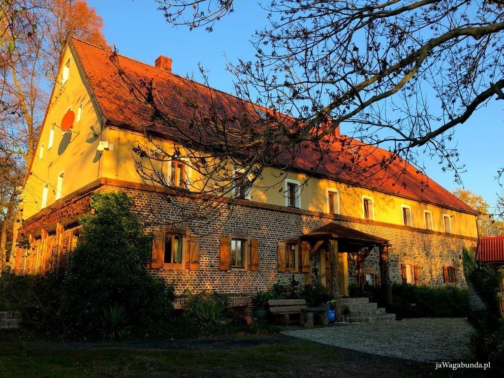 poniemiecki dom odrestaurowany oświetlony słońcem
