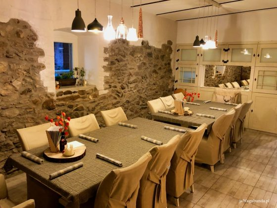 stół przykryty lnianą serwetą nakryty do posiłku