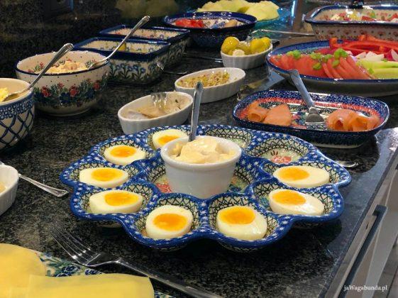 jajka i inne produkty śniadaniowe na talerzach z porcelany Bolesławiec