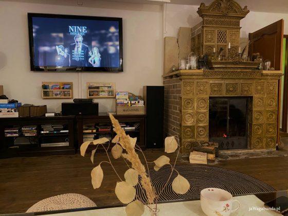 piękny kominek z kafli i telewizor