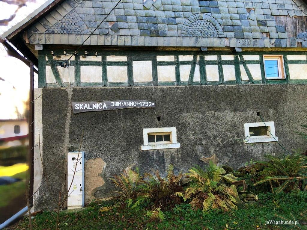 stary dom szachulcowy z datą na murze, z bazaltową dachówką