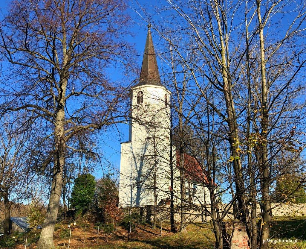 biały, mały kościół na wzgórzu w wiosce Proszowa w Górach Izerskich, zaraz przy szlaku