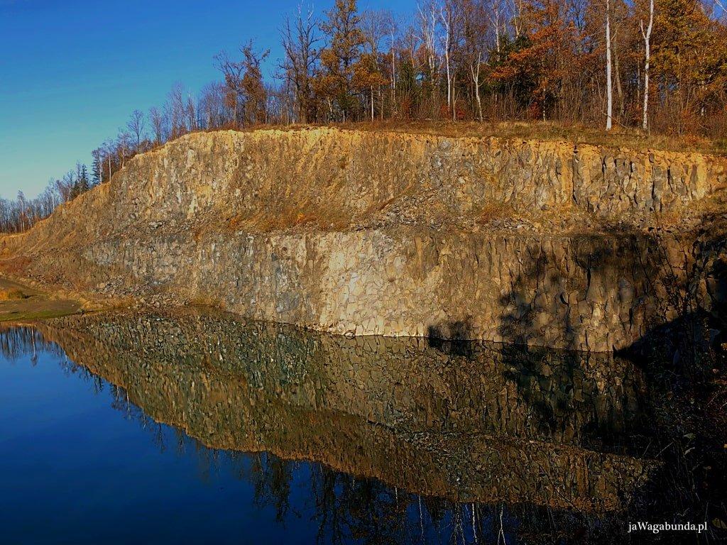 niecka jeziora w opuszczonym kamieniołomie