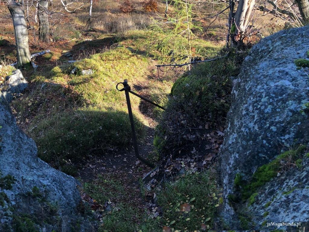 skały i pozostałości zabezpieczeń, barierek metalowych w Górach Izerskich