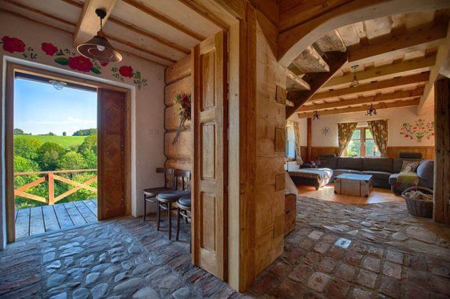 drewniane wnętrze domu z kamienną