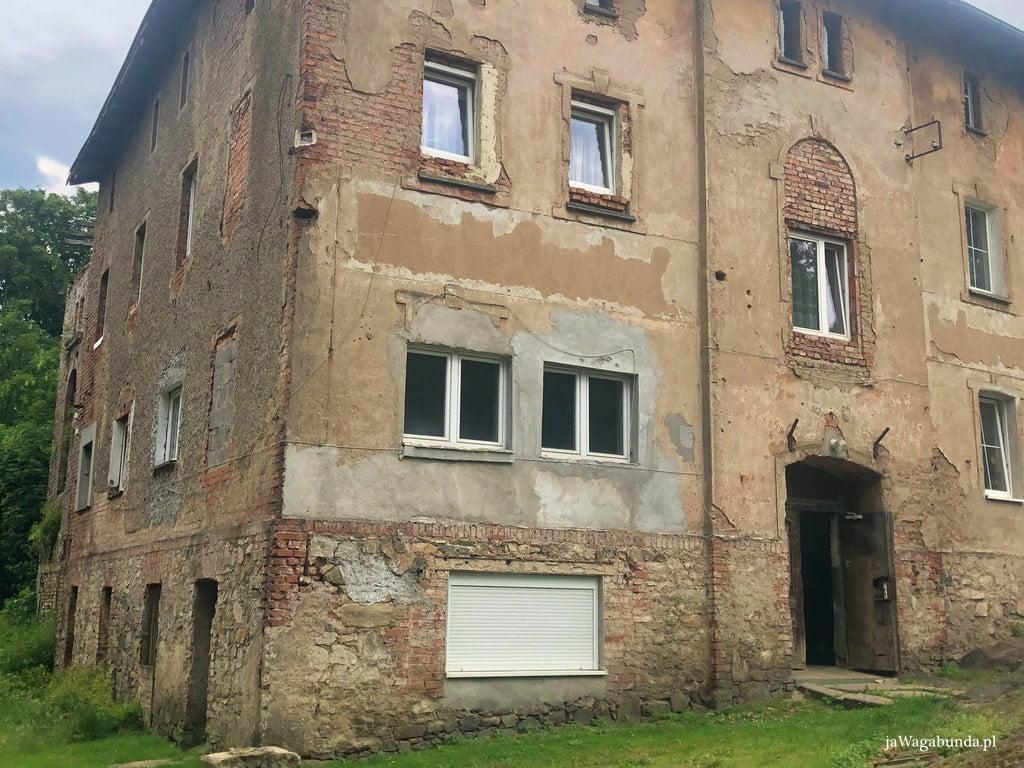 stary dom z opadającym tynkiem w Miedziance