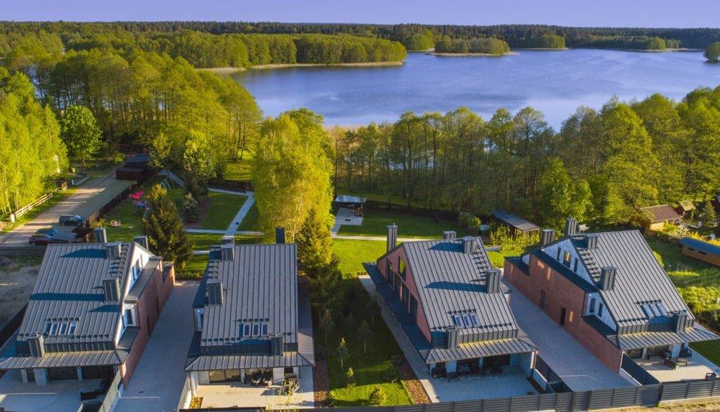 widok z góry na domy położone nad jeziorem