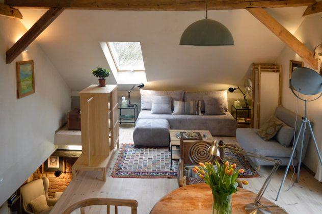 salon, kanapa, komoda - wnętrze w jasnych kolorach