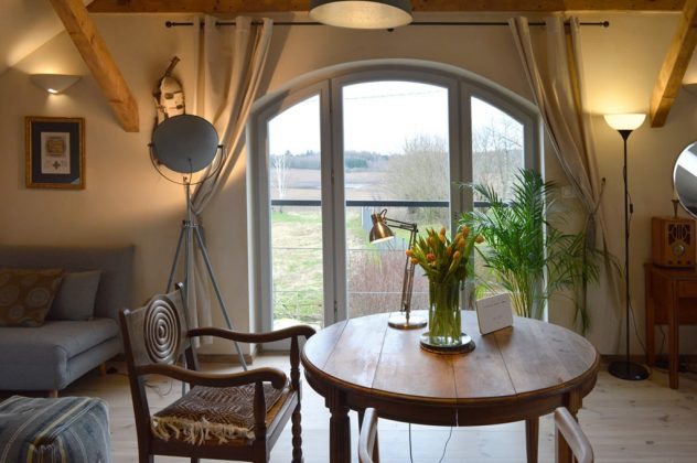 drewniany stół, krzesło, kwiaty na stole