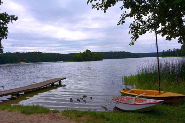 jezioro, łódka i pomost