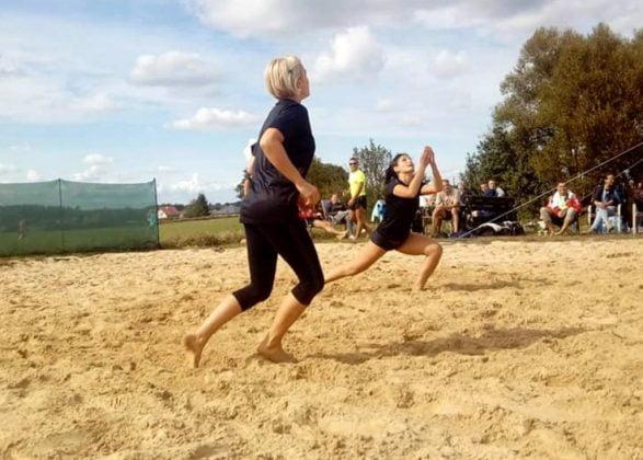 boisko do piłki plażowej grają dwie kobiety