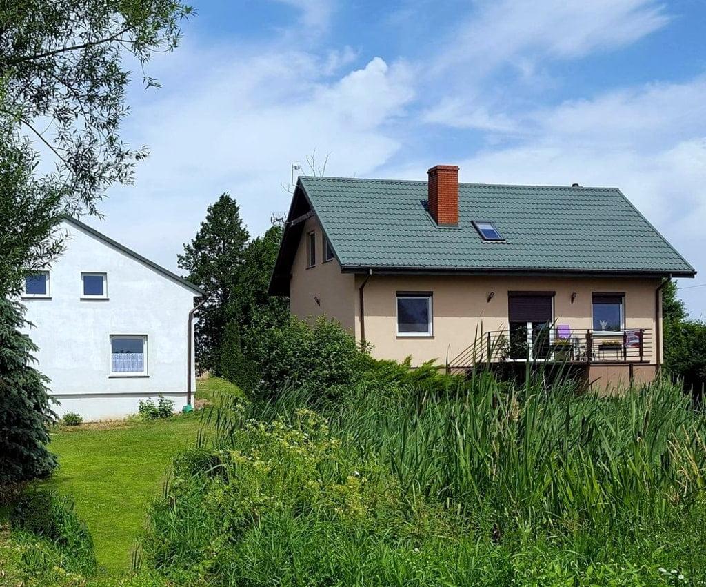 dwa domy przed nimi zieleń