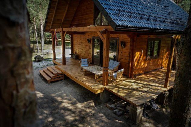 drewniana chata z drewnianym tarasem