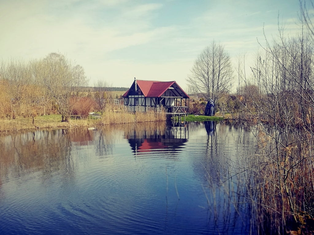 dom położony nad samym jeziorem